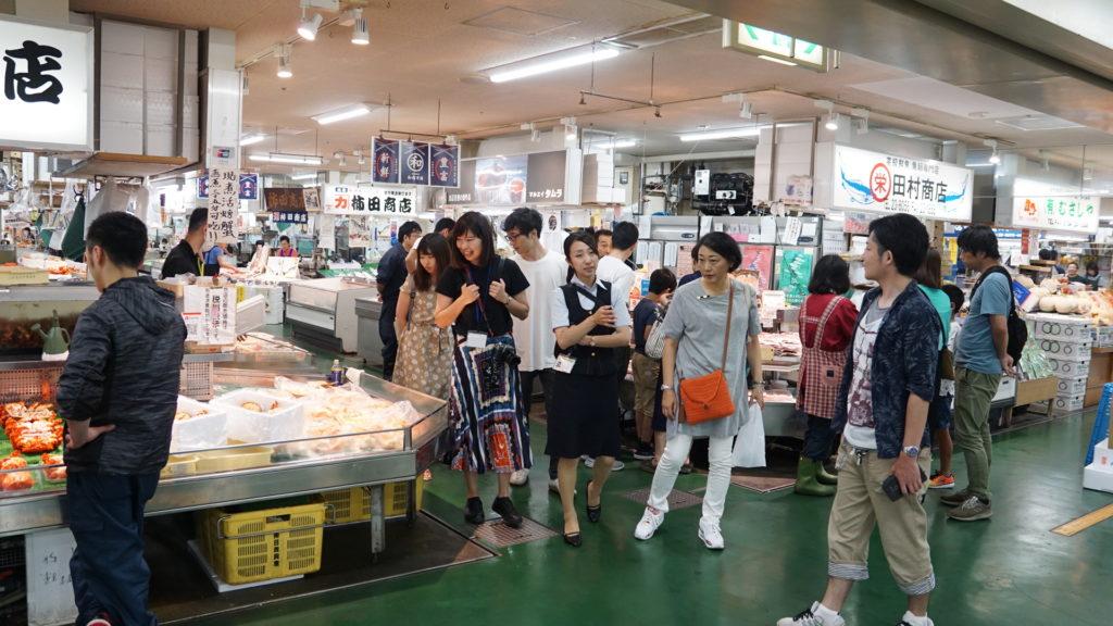 いろんな意味で勝手丼ですね。そんな江藤さんを置いて、残りのメンバーは食材探しへ。