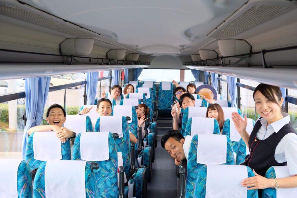 大きな子供しかいないバスの車内