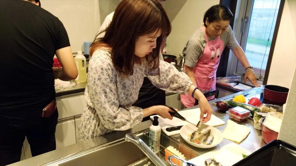 和食のプロたちの手際の良さに、何もすることがないMOVEDメンバーたち。