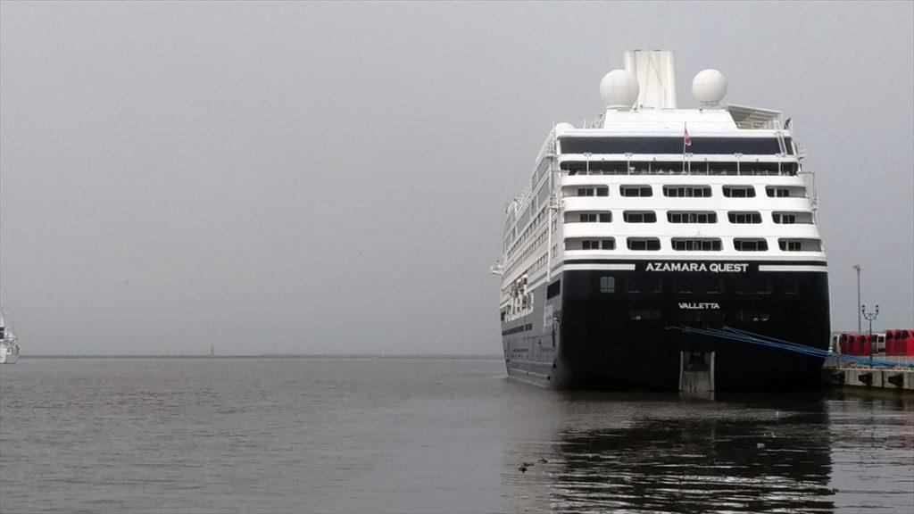 霧の立ちこめる釧路港には、大きな客船が。