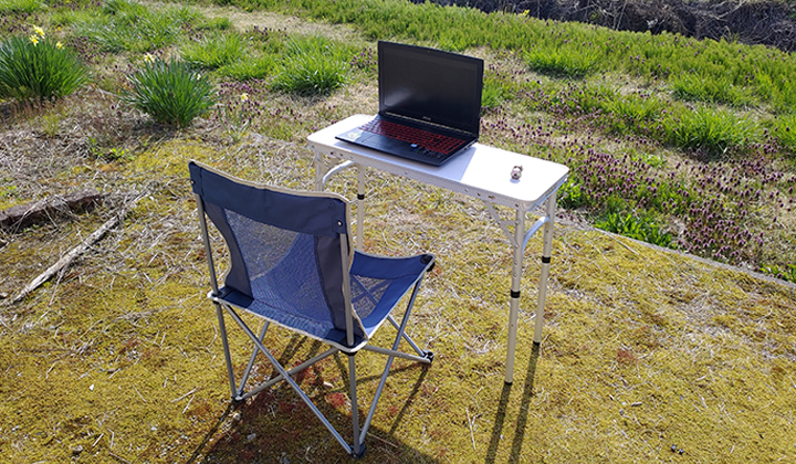 【リモートワーク】天気が良い日は家の裏の庭にアウトドア用テーブルとチェアを出して、作業。とてものどかで気持ちが良いです。